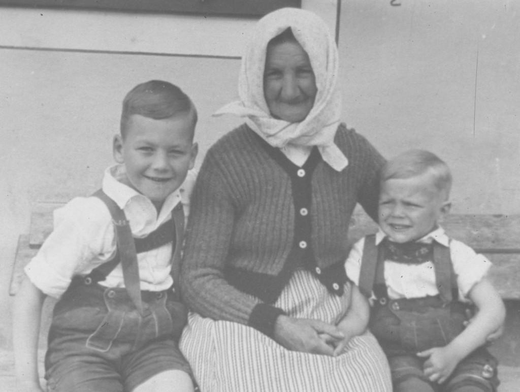 _Weichpoldin (Josefa Padinger, gest. 20.1.1953) mit ihre Enkal Fredl und Hugo Padinger